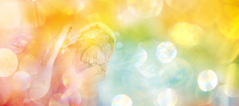 Banner friedvoller Engel in leuchtendem Lichterfeld versinnbildlicht zentriertes Vertrauen in die Prozesse des Lebens