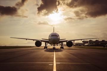 Aircraft taxiing to airport runway Fotobehang