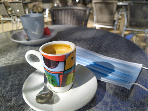 café et masque de protection sur une table de bistro