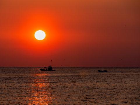 朝日と漁船