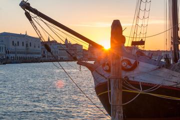Foto auf Leinwand Braun Venezia. Barca da lavoro restaurata, il Nuovo Trionfo, ormeggiata a Punta della Dogana all'alba.