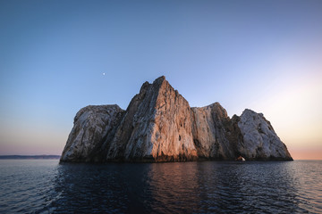 Obraz Mesmerizing shot of a beautiful seascape and huge rocks - fototapety do salonu