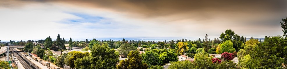 Photo sur Plexiglas Fumee Panoramic view of smoke cloud created by the LNU, CZU and SCU lightning complex wildfires covering the San Francisco Bay sky and causing bad air quality across the entire area; Sunnyvale, California