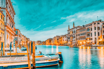 Photo sur Plexiglas Gondoles Views of the most beautiful canal of Venice - Grand Canal water streets, boats, gondolas, mansions along. Night view. Italy.