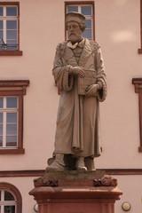 Blick auf das Schöffer-Denkmal im Zentrum von Gernsheim