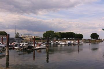 Blick auf einen kleinen Yachthafen in Gernsheim am Rhein