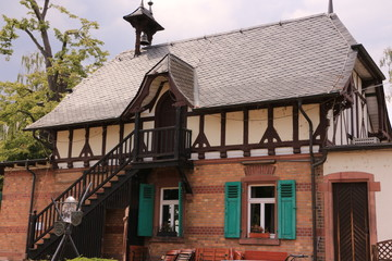 Blick auf das alte Fährhaus am Rhein im Zentrum von Gernsheim