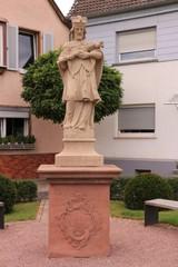 Altes Denkmal im Zentrum von Gernsheim