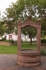 Der Historische Brentanobrunnen im Zentrum von Gernsheim