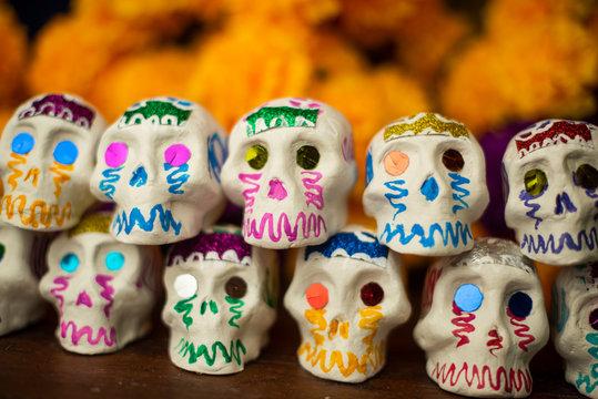 Calaveritas de día de muertos hechas a mano artesanía mexicana cempasúchil tagetes erecta damasquina