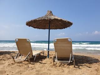 Griechischer Sandstrand mit Liegen