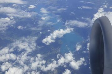 Über den Wolken mit Sicht auf das Triebwerk