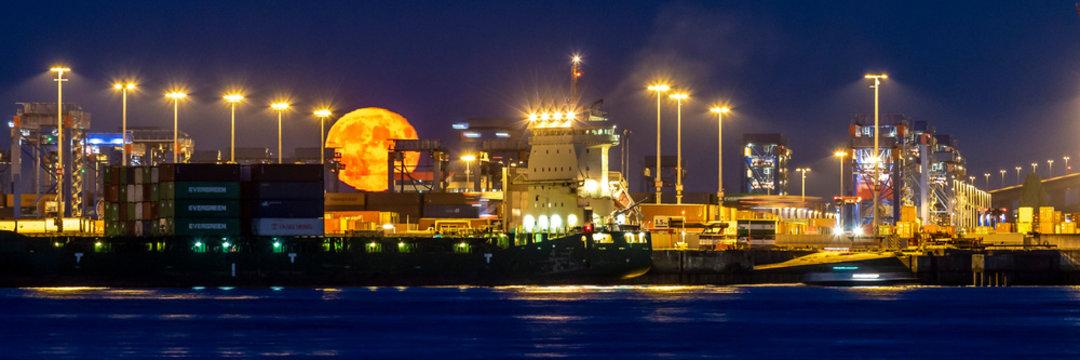 Hamburger Hafen - Mondaufgang
