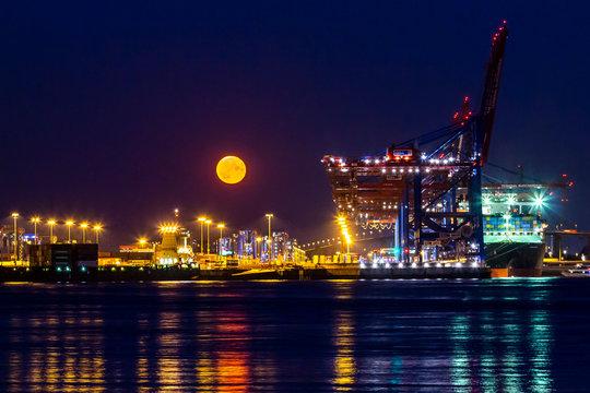 Hamburger Hafen Mondaufgang