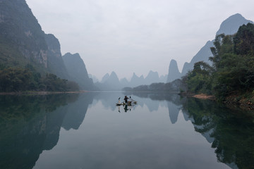 Papiers peints Guilin Chinese traditional fisherman with cormorants fishing, Li River
