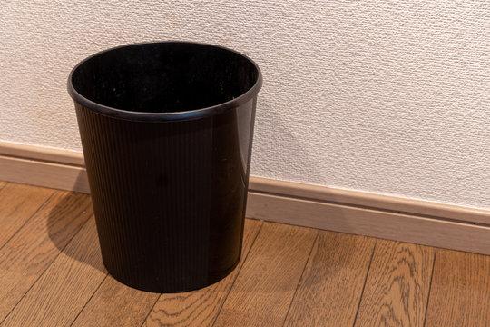 日本の美しい黒いゴミ箱