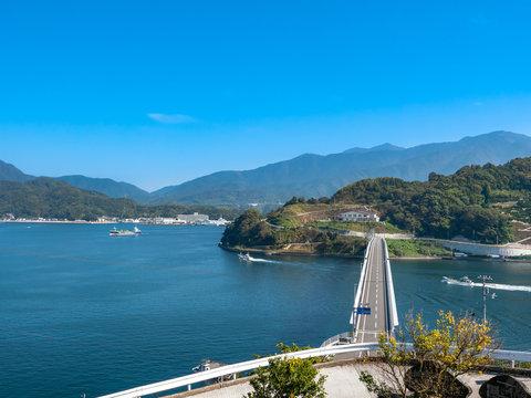 海すずめ展望所から見た秋晴れの宇和島湾と九島大橋(横)
