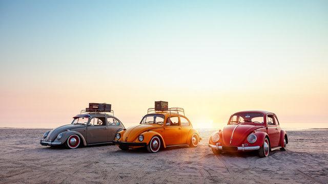 Drei alte Käfer am Strand der Nordsee