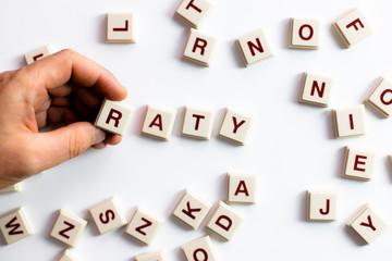 Fototapeta Słowo raty ułożone z literek na jasnym białym tle obraz