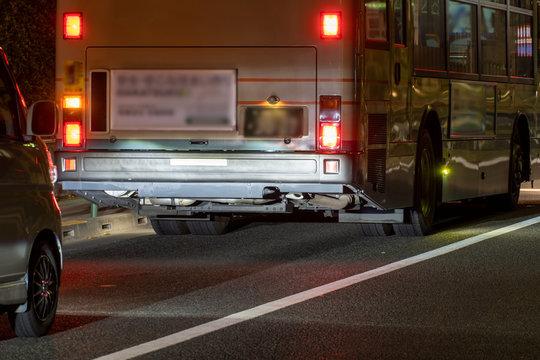 夜のバスの後ろ姿を眺める