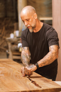 Carpintero mexicano trabajando en madera