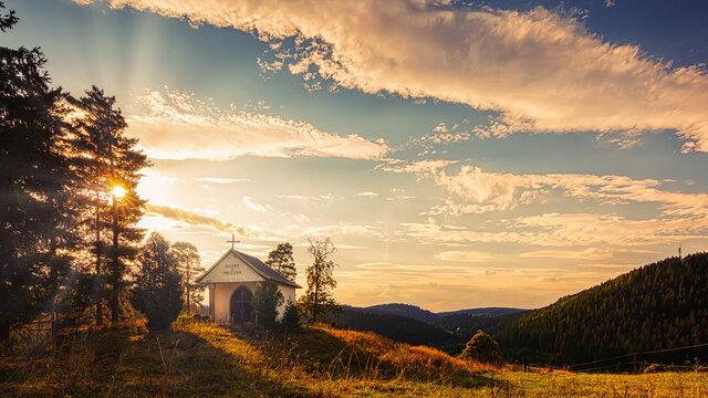 Abendstimmung über den sanften Hügeln des Erzgebirges. UNESCO Welterbe und Montanregion Erzgebirge im Sonnenuntergang.