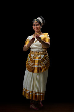 Mohiniattam dancer welcoming everyone for her performance