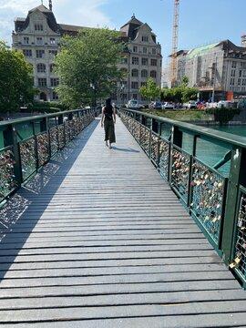Brück in Zürich in der Schweiz am Fluss Limit mit einer Frau im Sommer Kleid