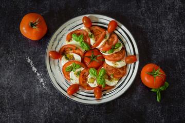 tomate mozzarella sur ardoise