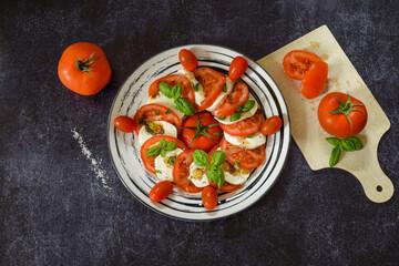 mozzarella tomates basilic sur ardoise