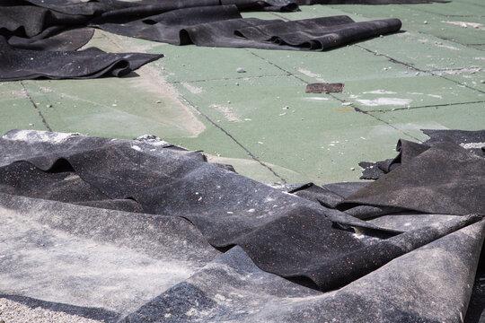Auf der Baustelle: Reste von alten Elastomer Bitumen Schweissbahnen zum Abdichten von Gründächern, begrünten Tiefgaragen oder Terrassen