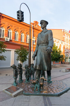 Samara. Sculpture of Uncle Stepa surrounded by children on the pedestrian part of Leningradskaya street
