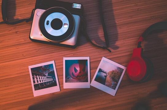 Alte Retro Kameras auf Holz von oben herab fotografiert