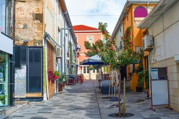 Photo sur Plexiglas Ruelle etroite Street restaurants souvenir shops Cyprus