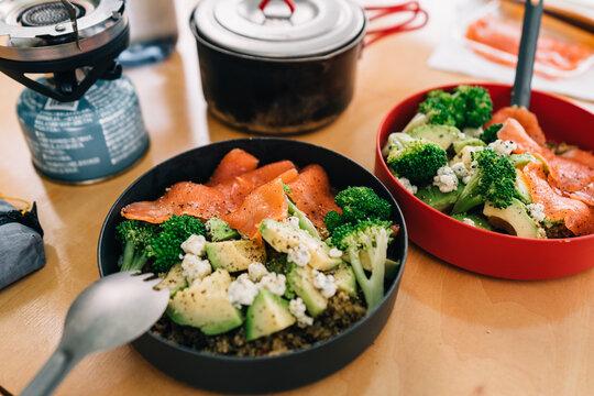 キャンプの朝食 朝ごはん アウトドア料理 サラダ