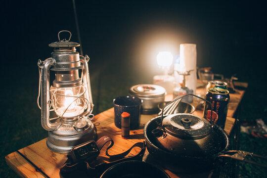 ランタンとコーヒー 夜のキャンプ テーブル