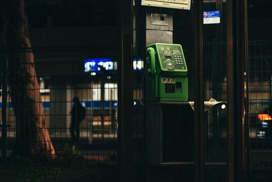 夜の公衆電話ボックス