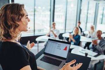 Obraz Businesswoman addressing to group of professionals - fototapety do salonu