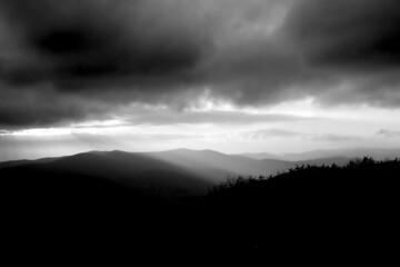 Czarno-biały krajobraz górski podczas pochmurnej pogody