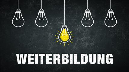 Weiterbildung. Text auf einer schwarzen Tafel mit Glühbirnen.