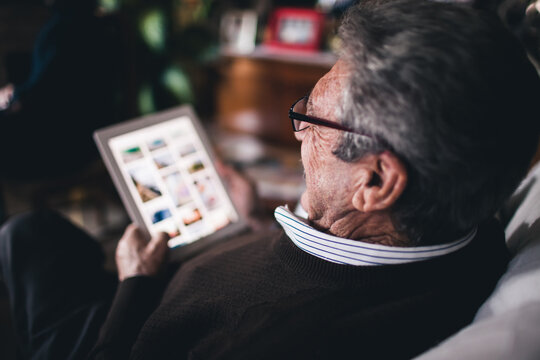 Granparent using tablet - accesibility - Everyday technology