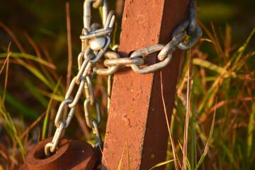 Fototapeta Stary, podrdzewiały metalowy łańcuch . obraz