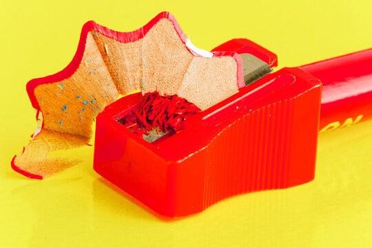 sacapuntas de plastico rojo