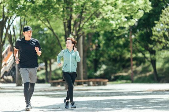 ランニング・ジョギング・ウォーキングする男女