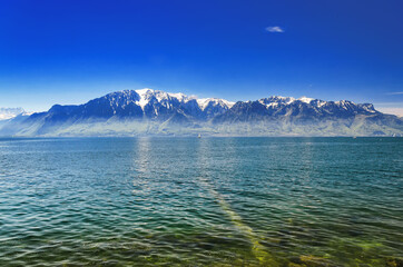 Photo sur Plexiglas Bleu fonce Lake Geneva and a view of the Alps framing it