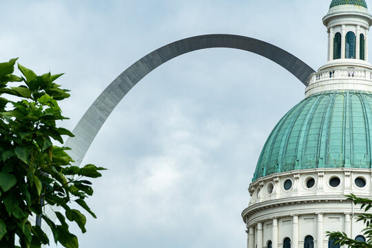 The old courthouse in St. Louis, MO as seen from the western side with the Gateway Arch seen behind it.