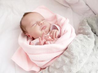 Fototapeta Słodkie niemowlę ułożone do snu. Chwile przed zaśnięciem zamknięte oczka.  obraz