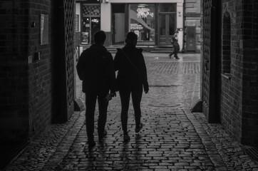 w cieniu uliczki miasta