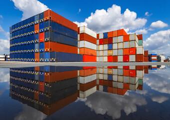 Container Stapel Duisburg Ruhrort Dutschland Ruhrgebiet neue Seidenstraße China Hafen Fracht Transport international Verkehr Austausch Kisten bunt Farben Warenverkehr Welthandel Güter