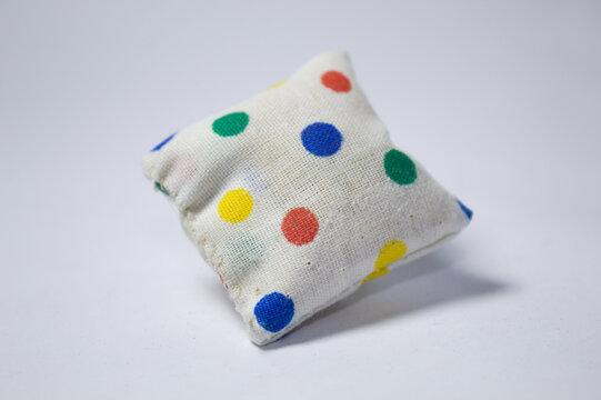 Almofadas coloridas com fundo branco